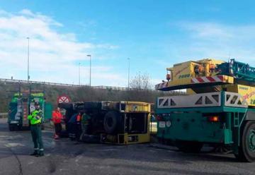Camión de bomberos vuelca al regresar de una emergencia