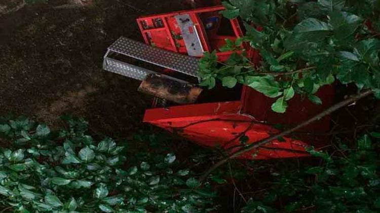 Unidad de bomberos cayó al vacío en autopista de Caracas