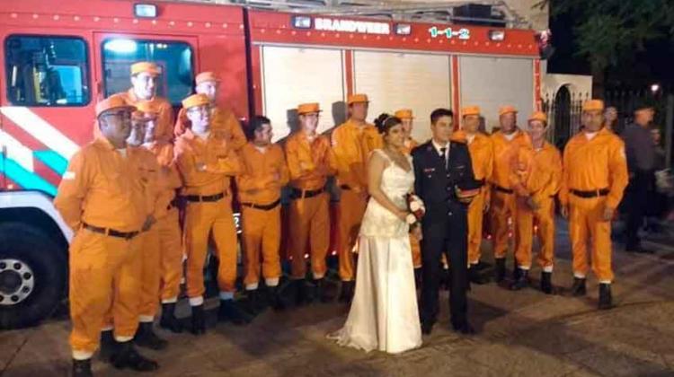 Llegaron en autobomba a su casamiento