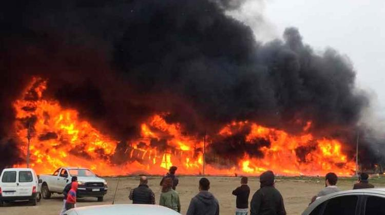 Gran incendio en fábrica de plásticos en Río Grande
