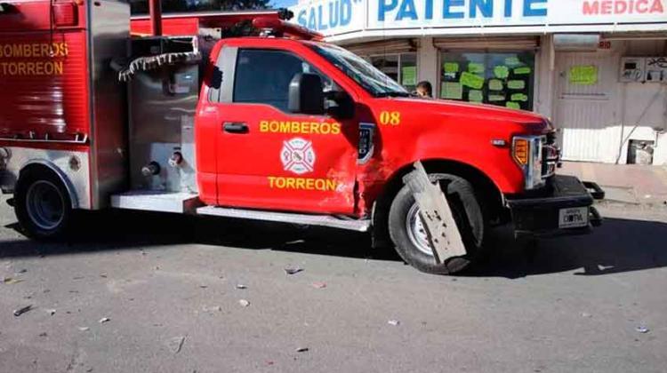 Chocan a vehículo de bomberos cerca de Cruz Roja