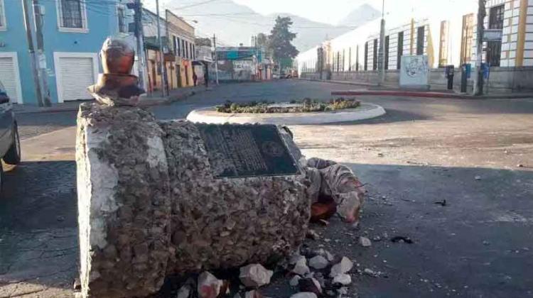 Ebrio al volante destruye monumento al bombero