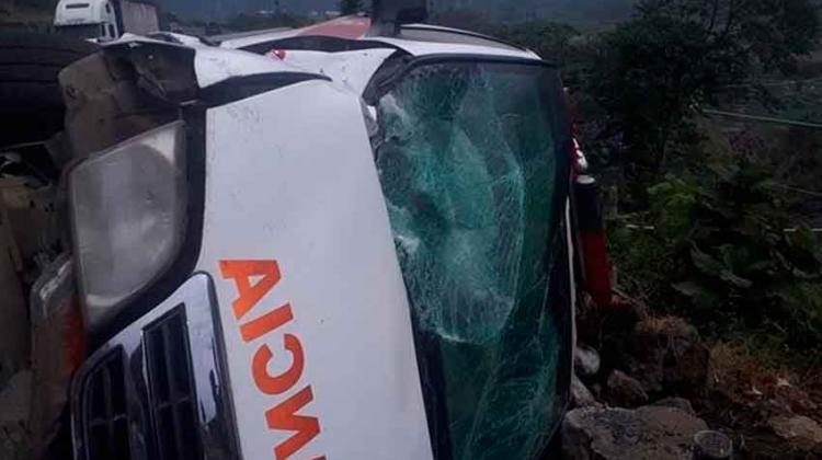 Ambulancia de Bomberos volcó cuando un tráiler la golpeó