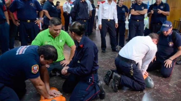 Bomberos voluntarios como instructores de RCP para la comunidad