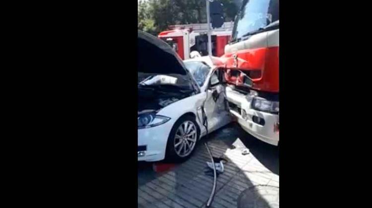 Carro de Bomberos que iba a emergencia impacta con automóvil