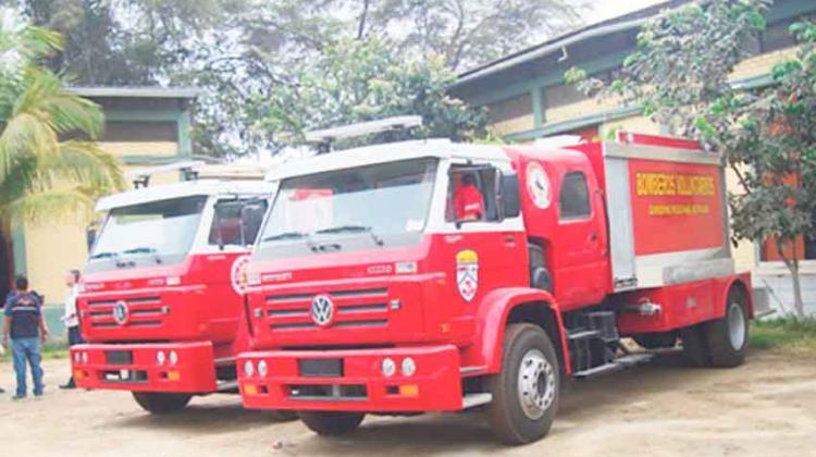 Bomberos reciben cinco camiones cisternas y dos ambulancias
