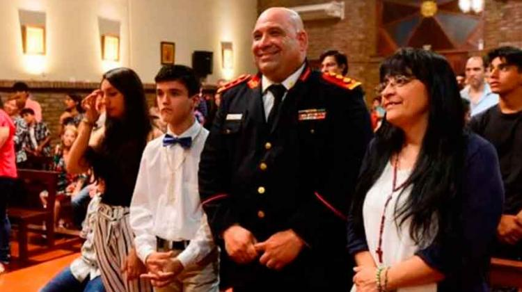 Eligió al bombero que le salvó la vida como padrino de confirmación