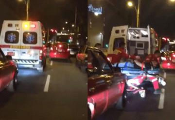 Llevaron a herido por las calles porque autos no daban paso a ambulancia
