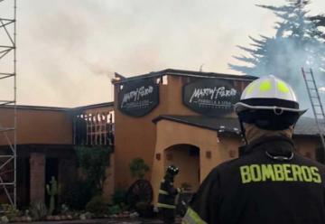 Dos bomberos lesionados tras incendio de restaurante