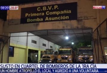 Sujeto colisionó contra el cuartel de Bomberos y agrede a una voluntaria