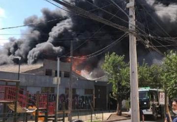 Voraz incendio en fábrica con químicos deja un bombero lesionado