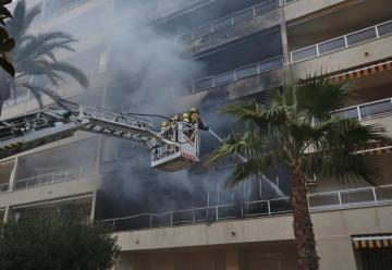 Dos bomberos heridos y una quincena de personas rescatadas