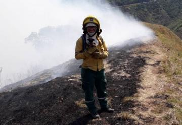 La bombera Keidy rescató a un perrito del incendio en Cali