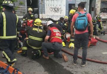 Incendio y derrumbe en Valparaíso deja tres bomberos lesionados
