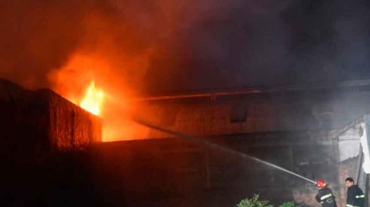 Bomberos controlan incendio de gran magnitud en Asunción