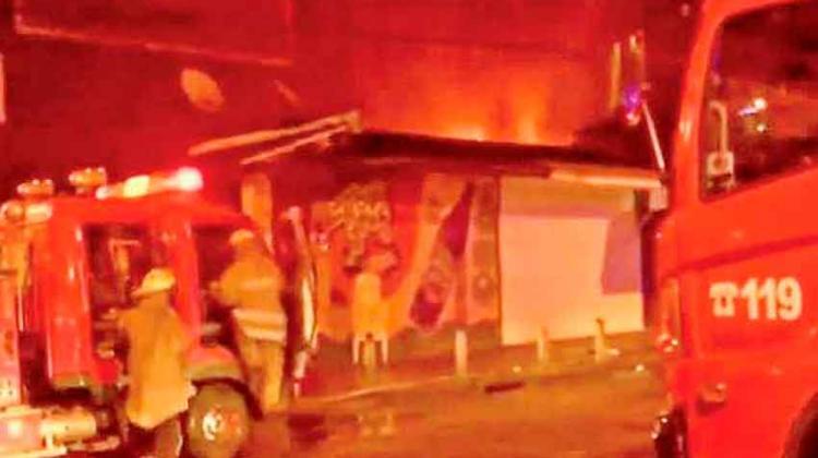 Fuego consume un depósito en el mercado antiguo Los Pozos