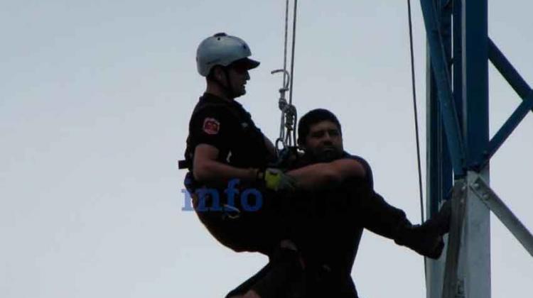 Un bombero amenazó con tirarse desde una antena