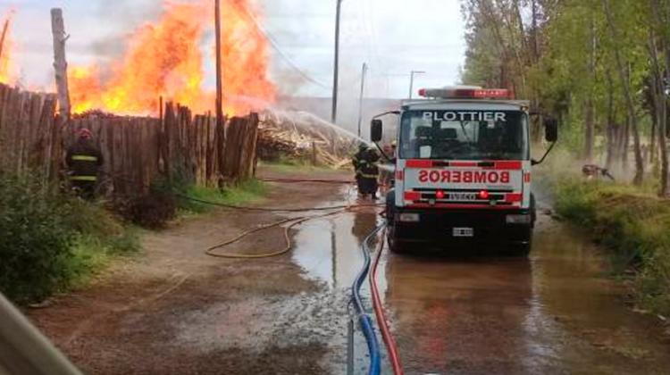 Diez dotaciones de bomberos debieron acudir a un incendio en Plottier