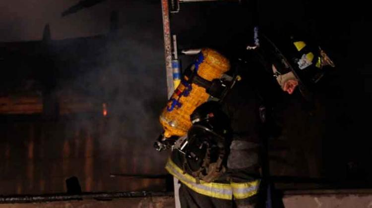 Dos bomberos lesionados en incendio de taller mecánico