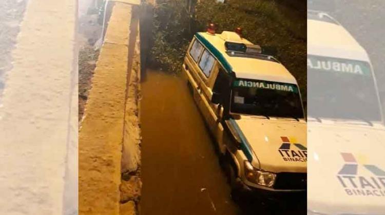 Ambulancia cae al arroyo y deja cuatro lesionados