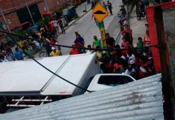 Carro de Bomberos colisiona contra furgón