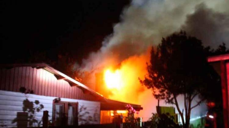 Tres bomberos resultaron lesionados tras un incendio en Frutillar