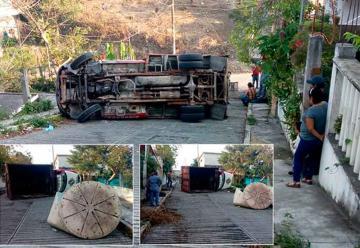 Vuelca camión de Bomberos Voluntarios de Papantla