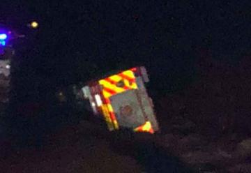 Carro de bomberos volcó tras ser alcanzado por el río San Pedro