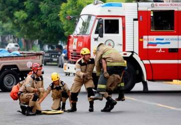 Capacitan a operadores de camiones de bomberos