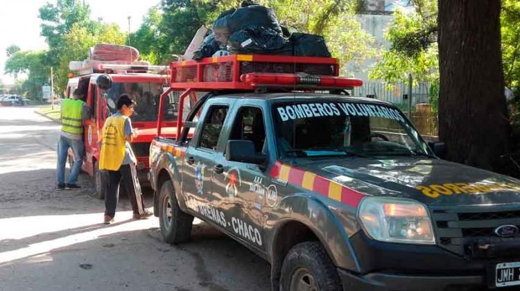Bomberos asisten a los evacuados por las inundaciones