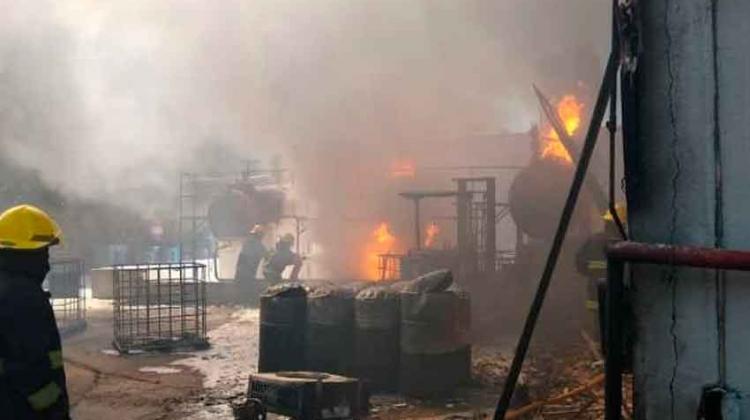 Ardió una fábrica de diluyentes en Florencio Varela
