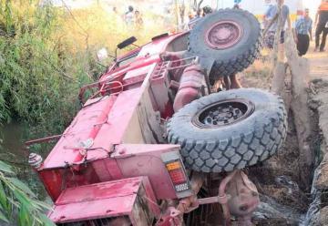 Carro de Bomberos vuelca y deja a 7 voluntarios lesionados