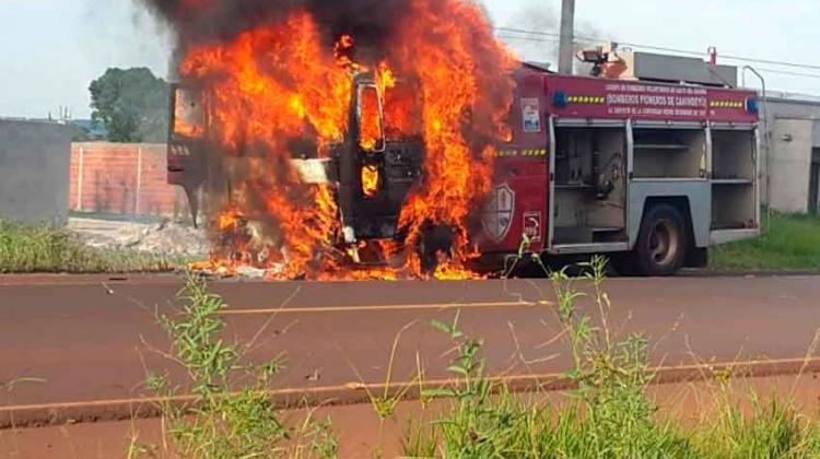 Ardió en llamas Camión de Bomberos de Salto del Guairá