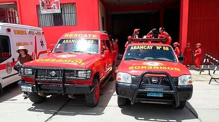 Pintan y refaccionan camionetas donadas a bomberos
