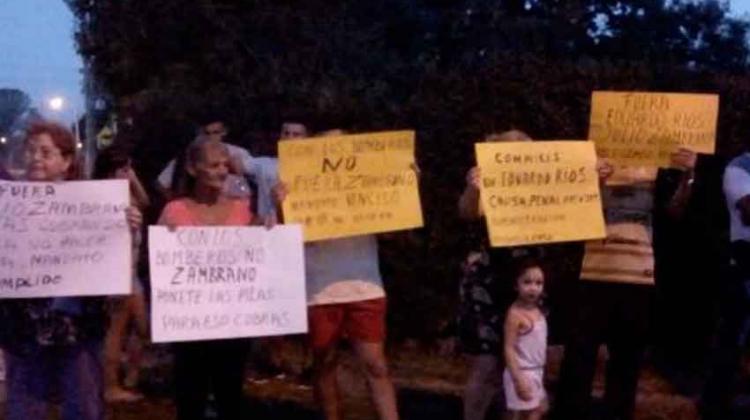 Protesta de vecinos en Bomberos Voluntarios de Del Viso