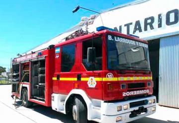 Bomberos Voluntarios de Larroudé y Sarah recibieron una autobomba