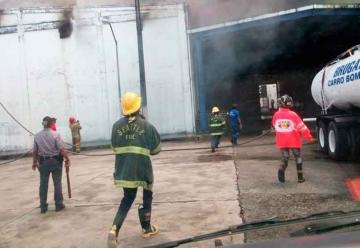 Varios bomberos resultan afectados en incendio
