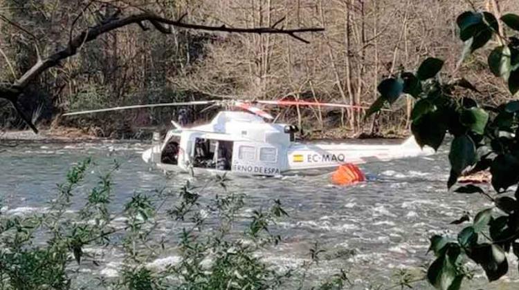 Un helicóptero cae al río cuando apagaba un incendio