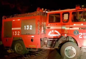 Cuatro bomberos lesionados y un carro bomba quemado