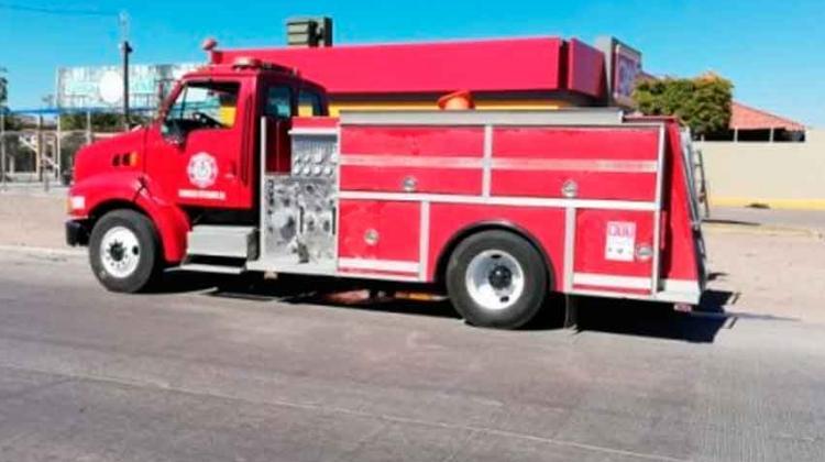 Bomberos choca contra un automóvil sedan cuando iba a un incendio