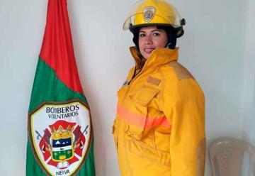 Mujer bombero que es ejemplo de lucha y superación
