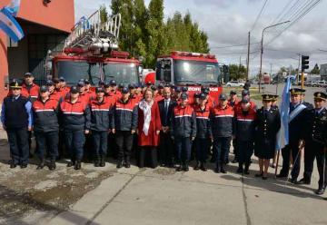 El Gobierno de Santa Cruz entregó equipamiento a Bomberos