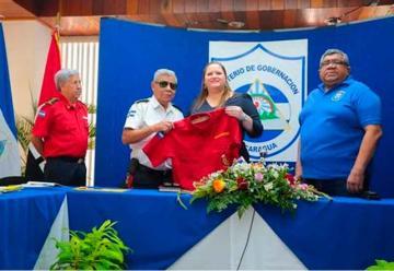 Entrega uniformes al Cuerpo de Bomberos de Nicaragua