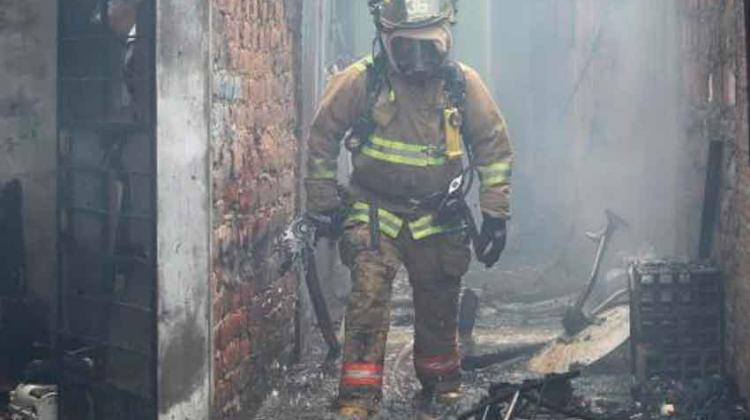 Bomberos enfrentan el fuego con uniformes desgastados