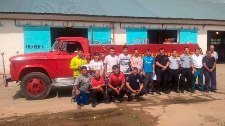 Presos restauran la autobomba de los Bomberos de El Peligro