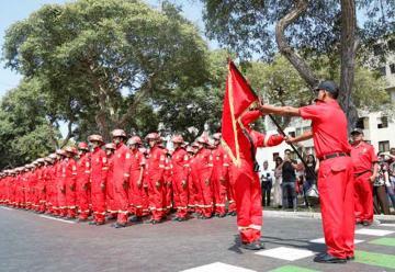 300 bomberos voluntarios se graduaron en Lima