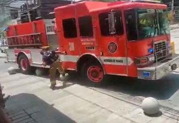 Vehículo de los bomberos se atasca por culpa de bolardos