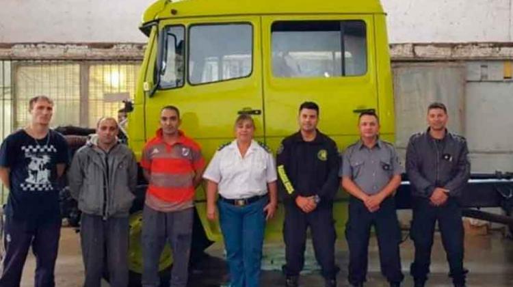 Internos de Batán restauraron un autobomba de Bomberos