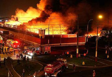 Gran incendio en empresa pesquera del Callao