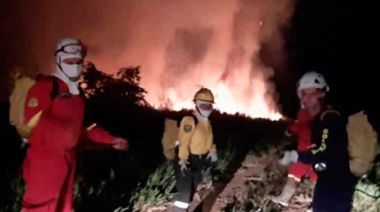 Bomberos con manguera y sin máquina en Miraflores